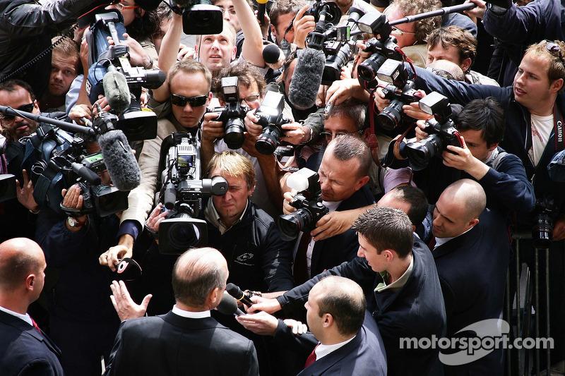 Ron Dennis, McLaren, Takım Patronu, Yönetim Kurulu Başkanı, speaks to reporters outside FIA Headquat