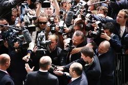 Ron Dennis, Presidente de McLaren y director del equipo habla con los reporteros fuera de la sede de