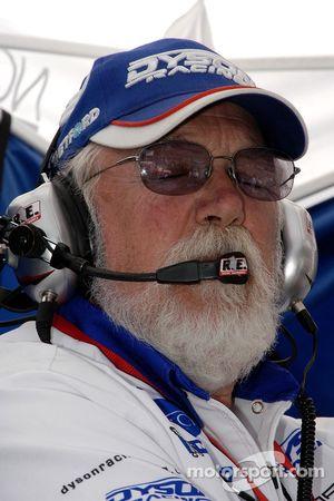 Bob Leitzinger à l'écoute de son équipe