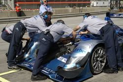 changement de ressort sur la #9 Highcroft Racing Acura ARX-01a Acura