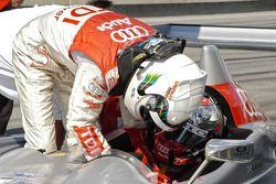 Allan McNish aide Rinaldo Capello à boucler sa ceinture