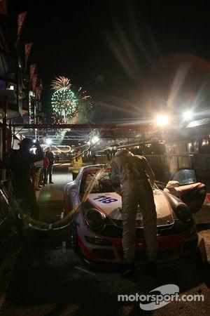 Arrêt au stand pour la #118 Trackspeed Racing Porsche 997 GT3 Cup: David Ashburn, Martin Rich, Johnny Lang, Luke Hines