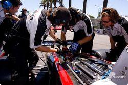 Equipe de Champ Car Atlantique travaillant sur la suspension arrière