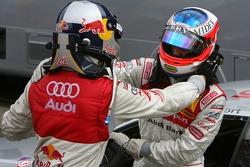 Le vainqueur Martin Tomczyk, Audi Sport Team Abt Sportsline, remercie Alexandre Prémat, Audi Sport T