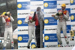 Podium: les hommes d'Audi sur le podium arrosés de champagne