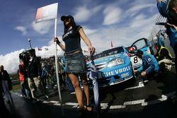 Jeune femme de la grille d'Alain Menu, Team Chevrolet, Chevrolet Lacetti