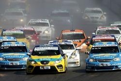 Start, Tiago Monteiro, SEAT Sport, SEAT Leon, leads Robert Huff, Team Chevrolet, Chevrolet Lacetti a