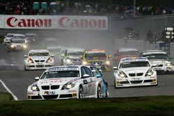 Andy Priaulx, BMW Team UK, BMW 320si WTCC and Frederik Ekblom, BMW Team UK, BMW 320si WTCC