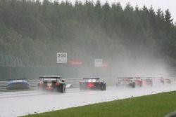 Le peloton passe la # 33 Jetalliance Racing Aston Martin DBR9: Karl Wendlinger, Ryan Sharp, Lukas Li