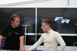 Anthony Hieatt (team manager de Raikkonen Robertson Racing) parle tactiques avec Alistair Jackson