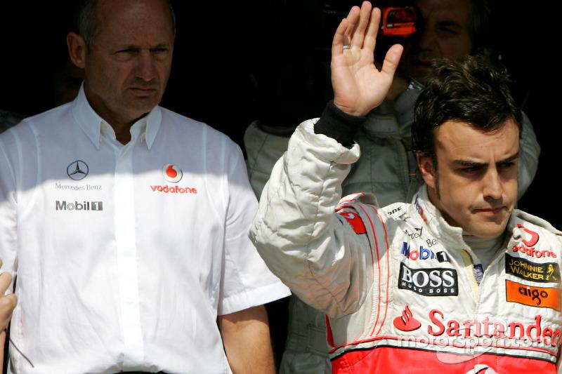 Alonso comemora pole sob o olhar do então chefe da equipe, Ron Dennis
