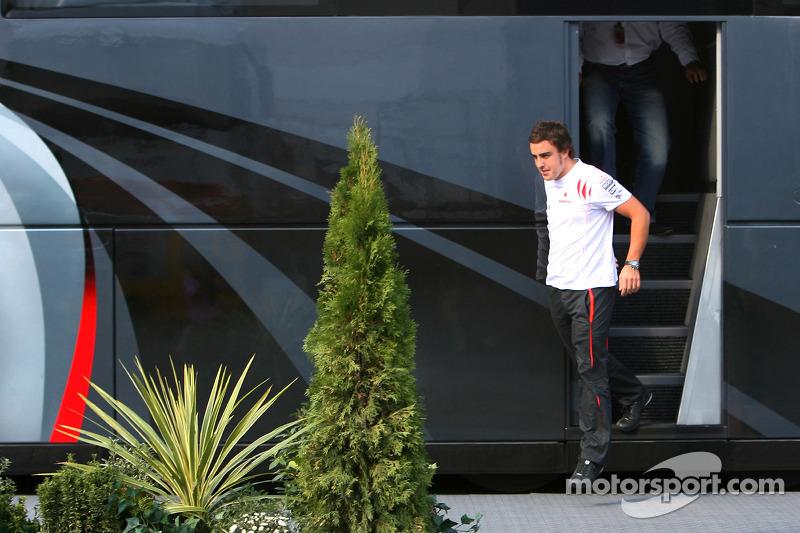 Фернандо Алонсо та його менеджер Луіс Гарсія Абад залишають автобус Берні Екклстоуна
