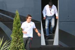 Fernando Alonso y su manager Luis García Abad salen del autobús de Bernie Ecclestone
