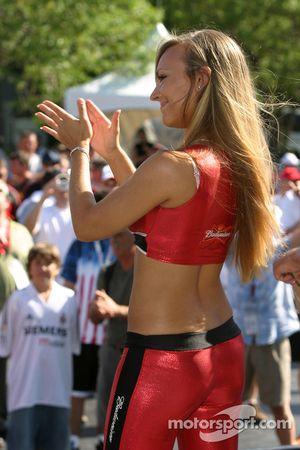 Une belle jeune femme Budweiser divertit les fans