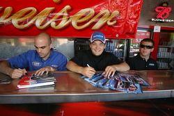 Alex Garcia, Stephen Leicht et Auggie Vidovich signent des autographes pour les fans