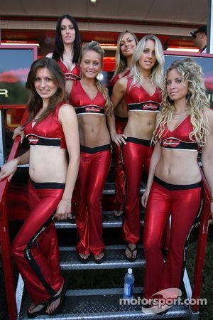 Jeunes femmes Budweiser à la séance d'autographes