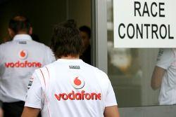 Fernando Alonso, McLaren Mercedes et Ron Dennis, McLaren, Team Principal, président à la direction de course