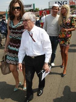 Bernie Ecclestone con su esposa Slavica Ecclestone y su hija Petra Ecclestone