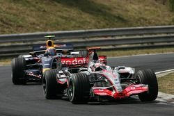 Fernando Alonso, McLaren Mercedes, MP4-22 y Mark Webber, Red Bull Racing, RB3