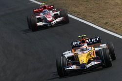 Heikki Kovalainen, Renault F1 Team, R27 and Anthony Davidson, Super Aguri F1 Team, SA07