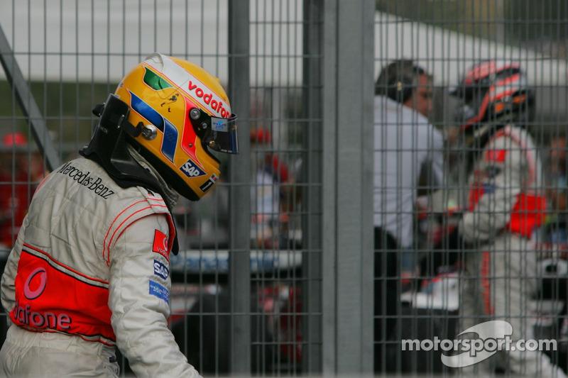 Ganador de la carrera Lewis Hamilton, McLaren Mercedes MP4-22 y 4 º Fernando Alonso, McLaren Mercedes, MP4-22