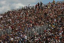 Les fans font une vague dans la tribune au Circuit Gilles-Villeneuve