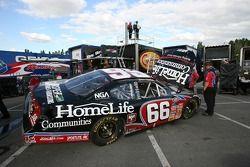 L'équipe HomeLife Communities Dodge travaillent sur la voiture de Steve Wallace
