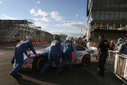 La voiture d'Andy Lally est poussé jusqu'à la zone de garage