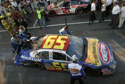La voiture de Marcos Ambrose est repoussé au garage