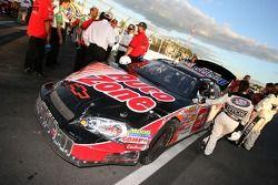 La voiture gagnante de Kevin Harvick à l'inspection technique d'après-course