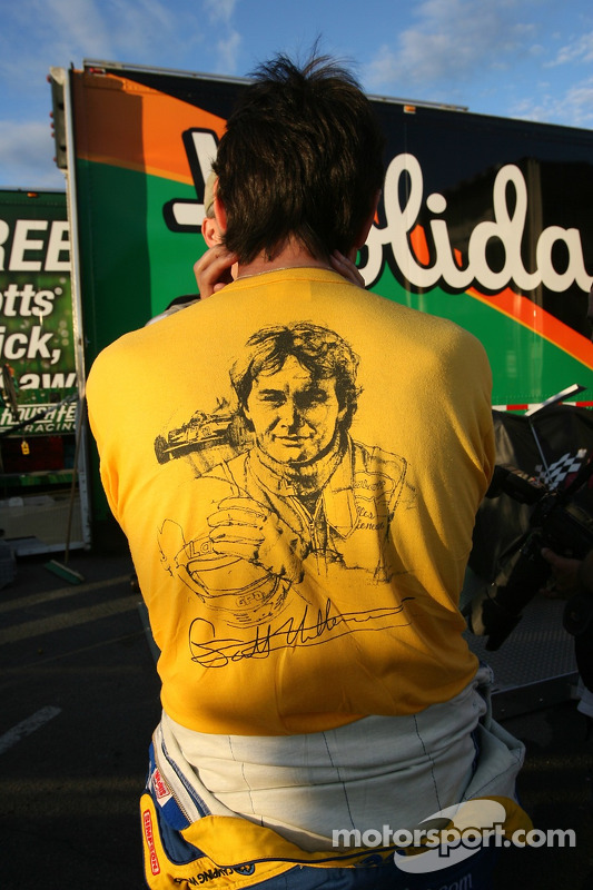 Ron Fellows lleva una camiseta de Gilles Villeneuve