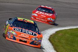 Jeff Gordon devant Dale Earnhardt Jr.