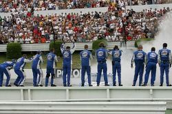 Membres d'équipage Miller Lite Dodge célèbrent la victoire de Kurt Busch