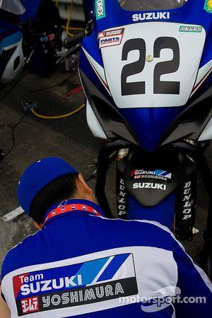 Membre d'équipage Team Suzuki enroule le pneu de Tommy Haden avec une couverture avant la course Superbike de dimanche à Mid Ohio