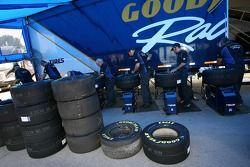 membres d'équipage GoodYear préparant les pneus