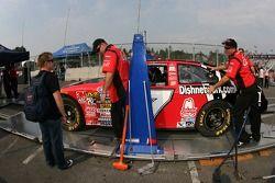 Jason Leffler regarde la Dish Network Ford à l'inspection technique