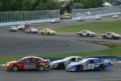 Bataille entre Marcos Ambrose et Robby Gordon derrière la voiture de rythme