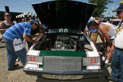 Fans regardant une Buick millésime de Darrell Waltrip