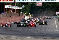 The start: in the back, slightly sideways, poleman Romain Grosjean with a stallen engine; jumping from second raw, Nico Hulkenberg (red car) conqueers the leadership while braking for the left curve