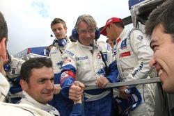 Stéphane Sarrazin fête sa victoire avec les membres de l'équipe Peugeot Total