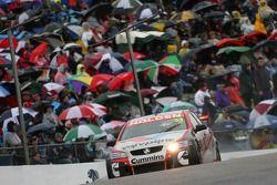 Lee Holdsworth vient pour gagner sa toute première manche V8 Supercar