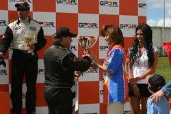 Podium: le vainqueur de la course Kerry Micks