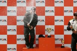 Podium: Kerry Micks arrose au champagne