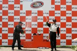 Podium: Kerry Micks et Trevor Seibert arrosent au champagne