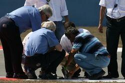 Рабочие крепят крышку дренажной системы
