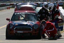 Arrêt au stand pour la #197 RSR Motorsports Mini Cooper S: Randy Smalley, Owen Trinkler, Alain Lauzi