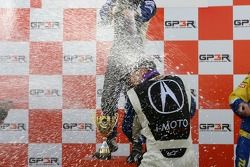 Podium: champagne pour Kuno Wittmer et Nick Wittmer