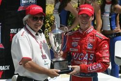 Victory Lane: vainqueur de la course et champion 2007 Indy Pro Series, Alex Lloyd célèbre