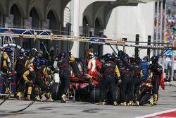 Vitantonio Liuzzi, Scuderia Toro Rosso, STR02 pit stop