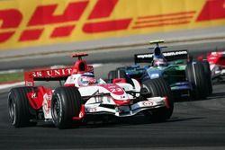Takuma Sato, Super Aguri F1, SA07 and Rubens Barrichello, Honda Racing F1 Team, RA107